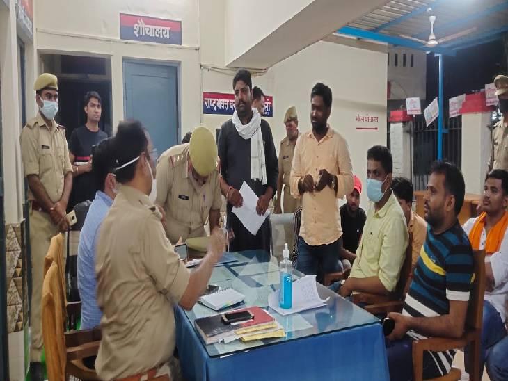 सार्वजविक जगह पर नमाज पढ़ रहा था युवक, विश्व हिंदू परिषद का हंगामा, पुलिस ने दर्ज की शिकायत|पीलीभीत,Pilibheet - Dainik Bhaskar