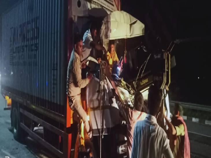 सड़क पर खड़े ट्रक से टकराया ट्रक, हादसे में चालक-परिचालक हुए घायल, दोनों की हालत नाजुक|गौतम बुद्ध नगर,Gautambudh Nagar - Dainik Bhaskar