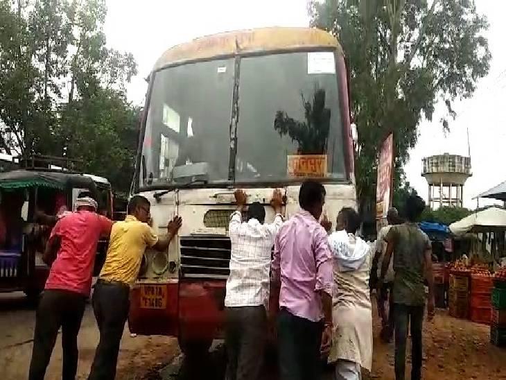 बस में धक्का मारते यात्री। - Dainik Bhaskar