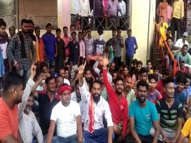 नगर पालिका परिषद ने रद्द किया आऊट सोर्सिंग का ठेका, बेरोजगार हुए कर्मियों ने मांगा रोजगार|ललितपुर,Lalitpur - Dainik Bhaskar