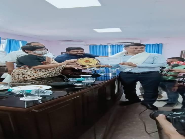 मेयर संयुक्ता भाटिया ने किया सम्मान, बोलीं कोरोना में अपने प्राणों की परवाह किए बगैर कर्मचारियों ने किया काम|लखनऊ,Lucknow - Dainik Bhaskar