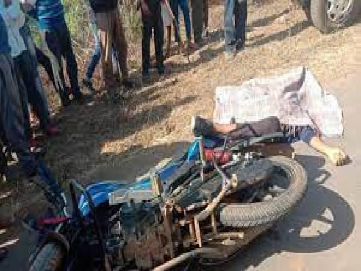 जबलपुर-भोपाल फोरलेन पर खड़े हाईवा से टकरा गया युवक, सिर में चोट आने से गई जान|जबलपुर,Jabalpur - Dainik Bhaskar