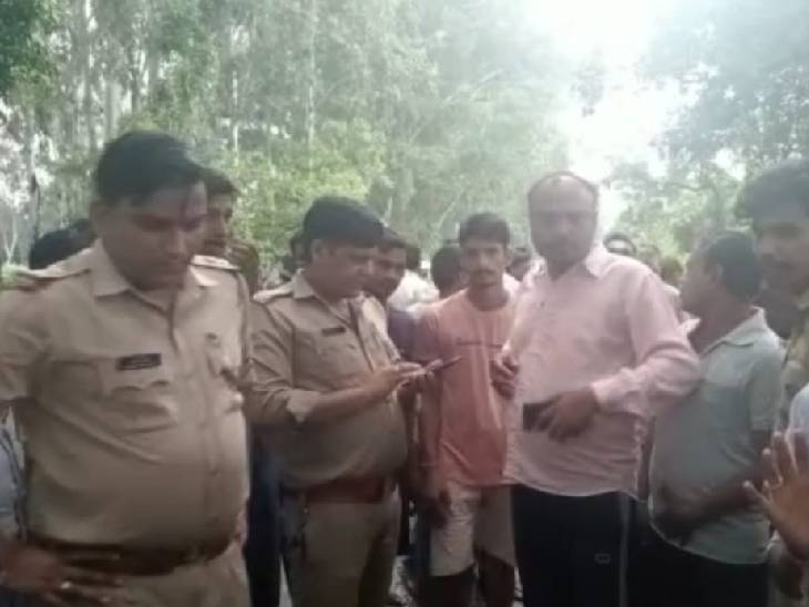 पुलिस ने घटनास्थल पर लोगों से पूछताछ की।