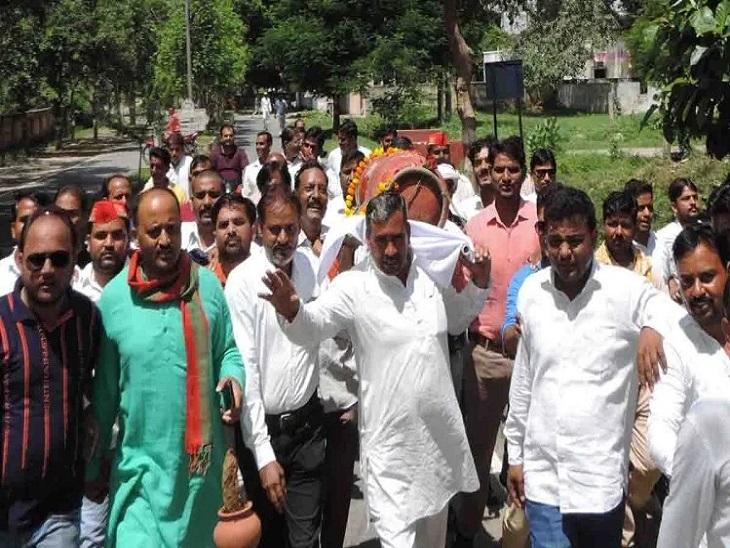 सपा ने महंगाई को लेकर किया विरोध प्रर्दशन, महिलाओं ने चूल्हे पर खाना बनाकर अधिकारियों को खिलाया, नेताओं ने कहा- प्रदेश बीमारियों से पीड़ित|कन्नौज,Kannauj - Dainik Bhaskar