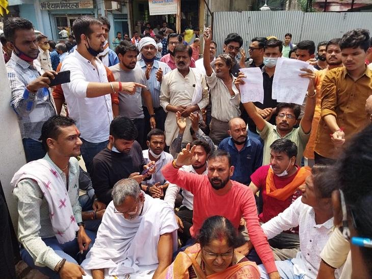 रायगढ़ में सिटी कोतवाली के बाहर प्रदर्शन, सामाजिक कार्यकर्ता का पुतला फूंका; UP में बघेल ने कहा था- ब्राह्मण विदेशी, इन्हें बाहर करेंगे|छत्तीसगढ़,Chhattisgarh - Dainik Bhaskar