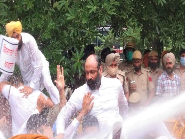 वाटर कैनन के इस्तेमाल से परमिंदर ढींढसा समेत शिअद संयुक्त के कई नेताओं व कार्यकर्ताओं की पगड़ियां उतर गईं। - Dainik Bhaskar