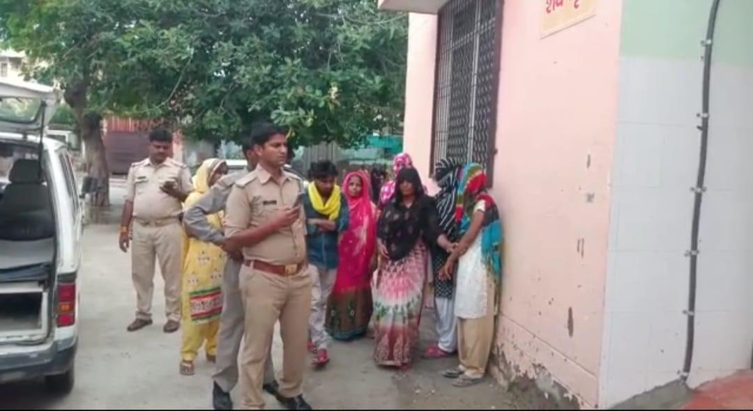 दो दिन में दो टीचरों की प्रताड़ना के दो मामले आये सामने , ट्यूटर ने की पिटाई तो छात्र की हुई मौत , प्राथमिक विद्यालय में छात्र ने फेंकी किताब तो अध्यापक ने छात्र को फेंका मथुरा,Mathura - Dainik Bhaskar