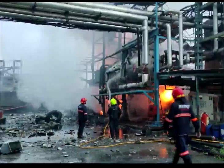 महाराष्ट्र के बोइसर में जखारिया फैक्ट्री में लगी आग को काबू करते फायर ब्रिगेड के कर्मी। - Dainik Bhaskar