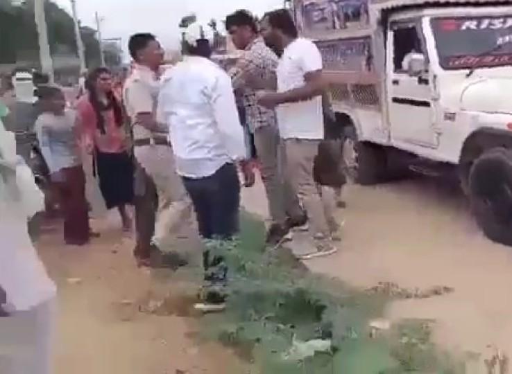 आरोपियों को थाने से कोर्ट ले जा रहे थे पुलिसकर्मी, बीच सड़क में डीजे पर नाच रहे लोगों को हटने को कहा तो भड़क गए|नागौर,Nagaur - Dainik Bhaskar