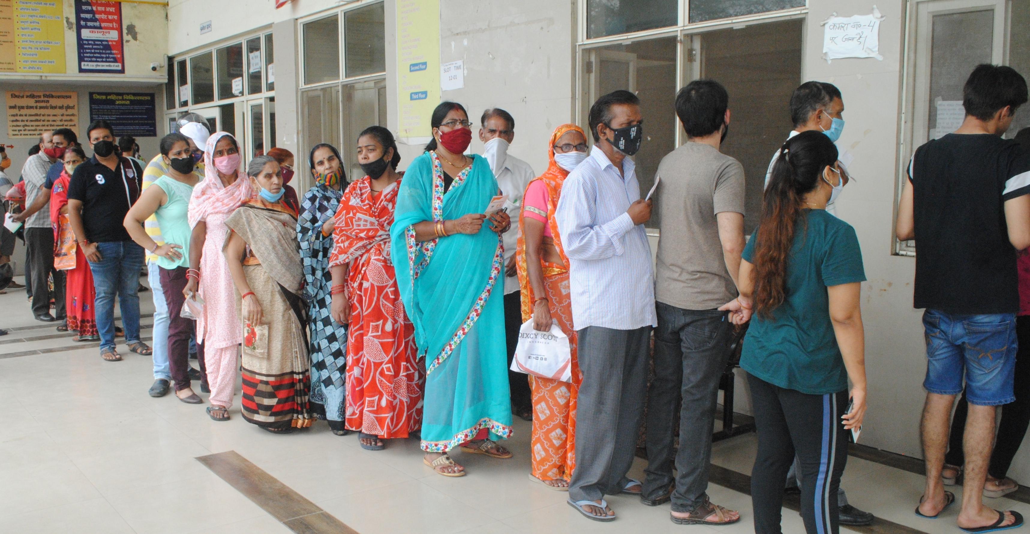 बिना रजिस्ट्रेशन 15455 को लगी वैक्सीन की दूसरी डोज, लोगों के वैक्सिनेशन से दूरी बनाने पर उठाया गया कदम आगरा,Agra - Dainik Bhaskar