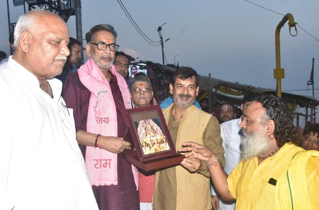 रामलला का चित्रपट देकर राधामोहन सिंह का स्वागत करते अयोध्या मेयर ऋषिकेश उपाध्याय