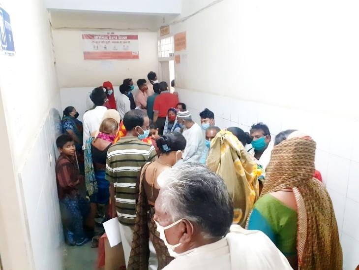 जिला अस्पताल में पर्चा बनवाने के लिए लगी लंबी लाइन, वायरल फीवर के मरीजों की जिले में बढ़ने लगी संख्या|झांसी,Jhansi - Dainik Bhaskar