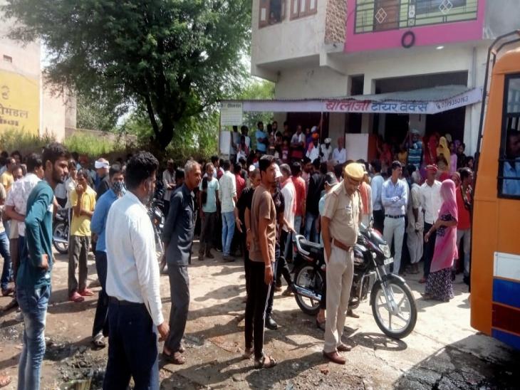 घर के आंगन में खेल रहे जुड़वा भाई हो गए थे लापता, नाराज ग्रामीणों ने दुकानें बंद कर किया प्रदर्शन, बोले- मामले में पुलिस बरत रही लापरवाही राजसमंद,Rajsamand - Dainik Bhaskar