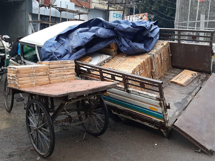 मुरादाबाद में बीच सड़क में समा गया DCM का पूरा पहिया।