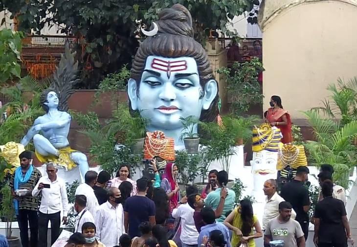 सवारी मार्ग पर सजावट करने वाले हरीश पाटीदार (इंदौर) और उनके समूह ने शनिवार शाम महाकालेश्वर मंदिर प्रांगण स्थित मार्बल चबूतरे पर सजावट की। यह झांकी आकर्षक का केंद्र बनी हुई है।