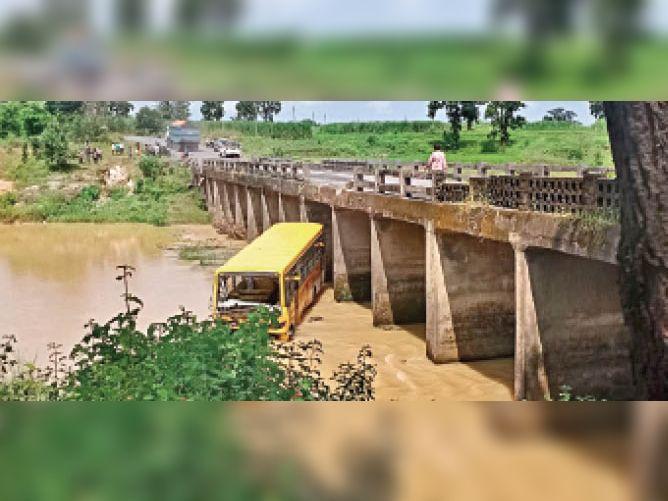 सुखड़ी पुल से नदी में गिरी बस