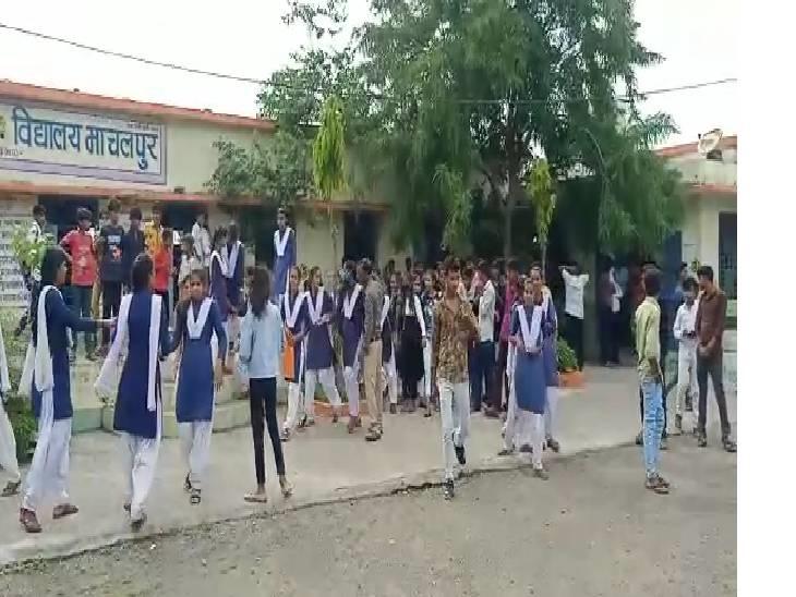 छात्राएं यूनिफॉर्म में नहीं आईं तो कहा- कल से बिना कपड़ों के ही आ जाना; पॉक्सो एक्ट के तहत मामला दर्ज राजगढ़ (भोपाल),Rajgarh (Bhopal) - Dainik Bhaskar