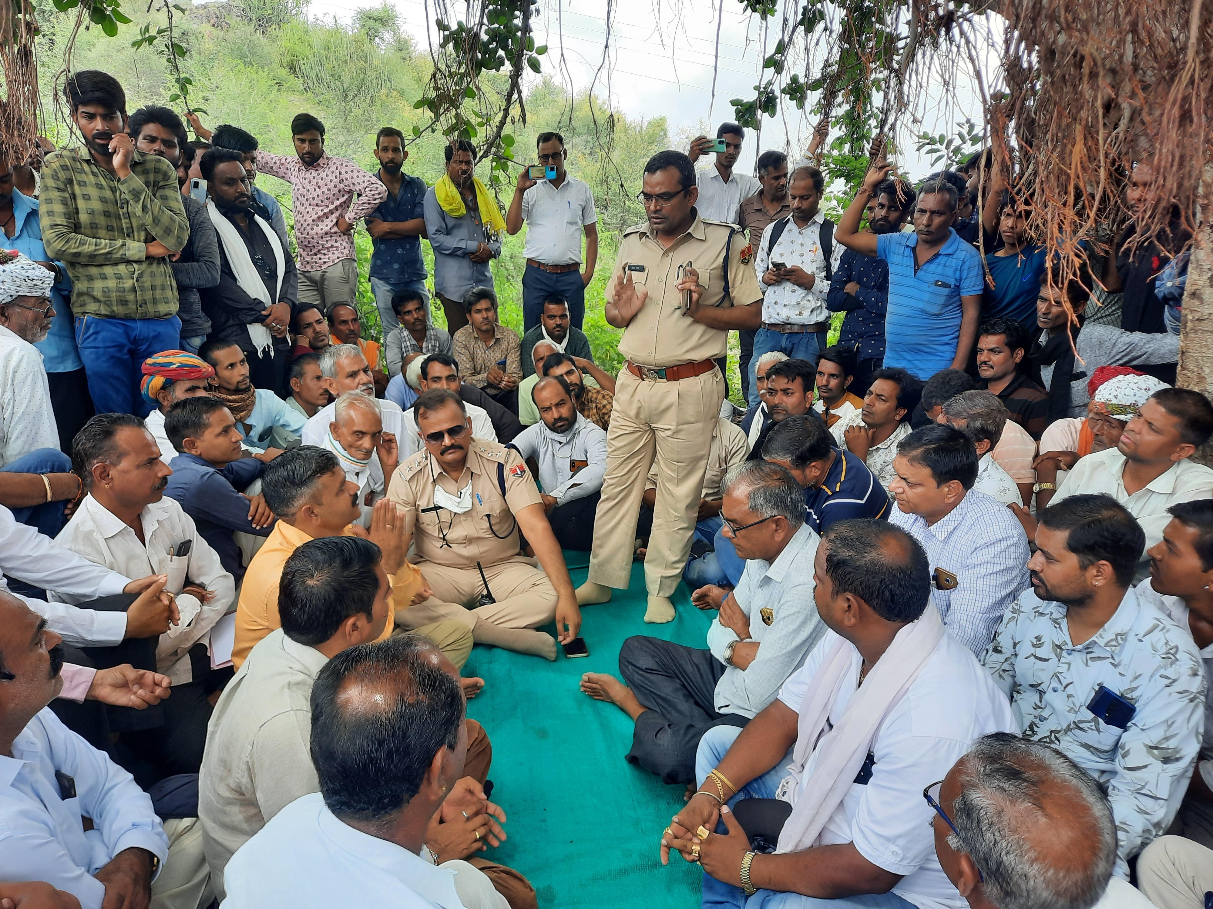 परिजनों ने शव लेने से किया इनकार ,थाने के बाहर धरने पर बैठे, लापता जुड़वां बच्चों का कुएं में मिला था शव|राजसमंद,Rajsamand - Dainik Bhaskar