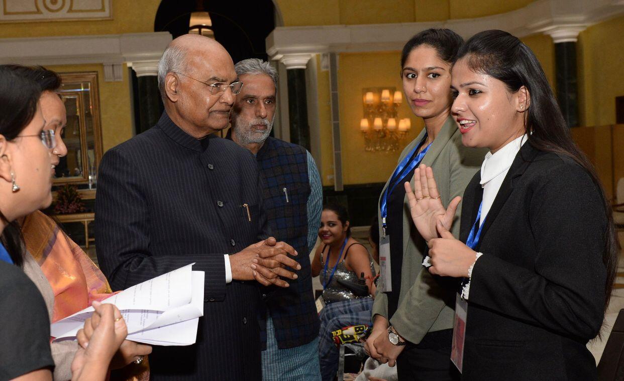 राष्ट्रपति रामनाथ कोविंद ने मल्लिका हांडा को नारी सशक्तिकरण अवॉर्ड से सम्मानित किया।