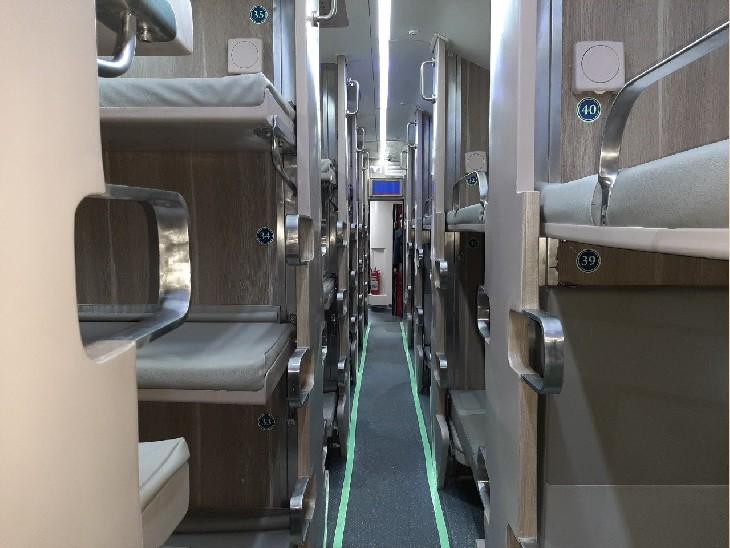इन कोचों में यात्रियों को 11 बर्थ अतिरिक्त मिलेगी।