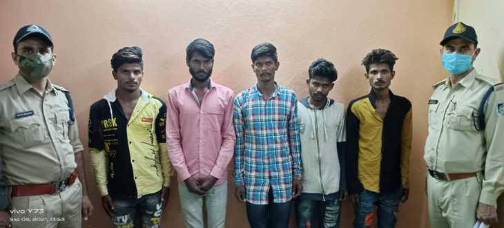 इंदौर में पेट्रोल पंप पर करने वाले थे वारदात, चाकू-तलवार और मिर्च पाउडर मिला, आरोपी बोले- अगर कोई रास्ता रोकता तो गोली मार देते|इंदौर,Indore - Dainik Bhaskar