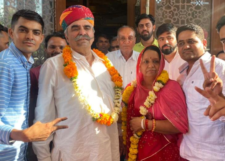 पिता बद्रीराम जाखड़ के साथ मुन्नी गोदारा। मुन्नी छठी बार जिला परिषद का चुनाव जीती हैं।