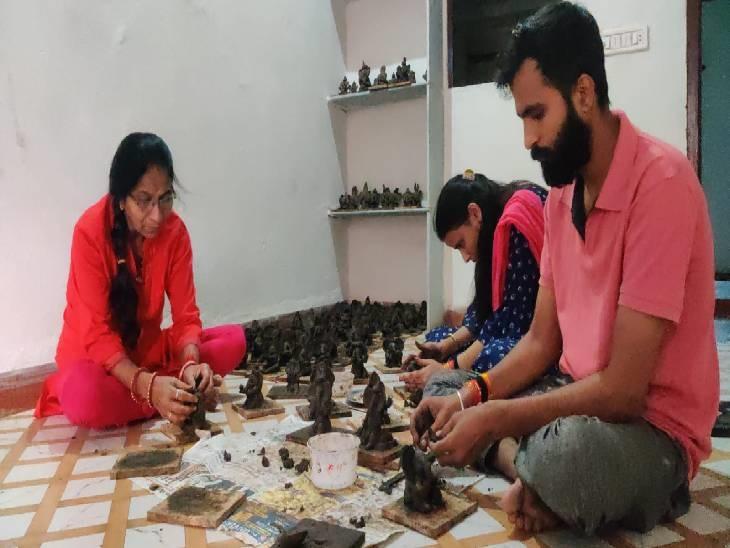 मिट्टी से बनाए 108 माटी के गणेशजी, शहर में करेंगे निशुल्क वितरण|धार,Dhar - Dainik Bhaskar