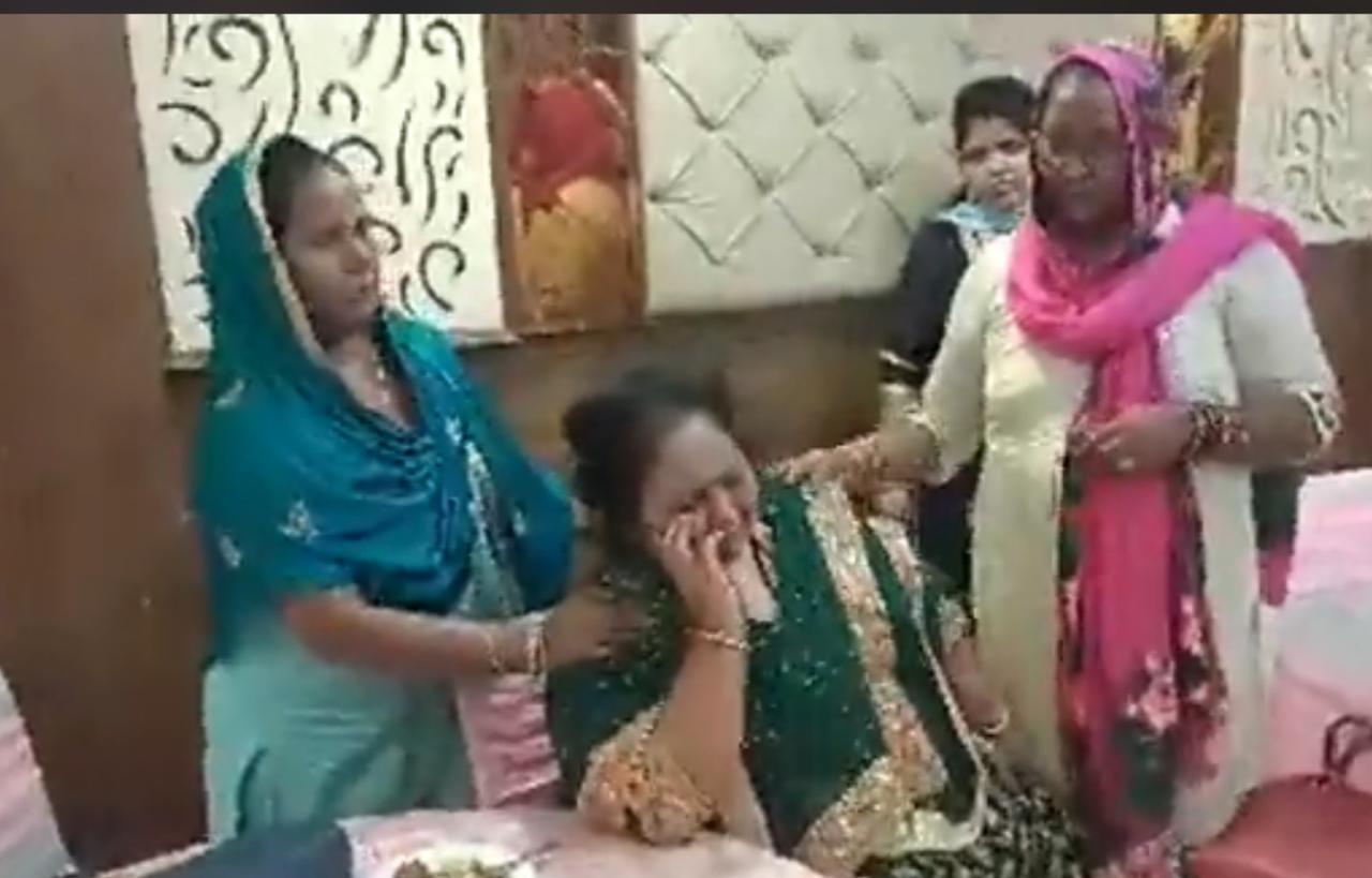 जालंधर में सगाई समारोह में हंगामा, लड़की को पीटकर भाग निकले लड़के वाले; धरे रह गए गिफ्ट व खाने की प्लेटें|जालंधर,Jalandhar - Dainik Bhaskar