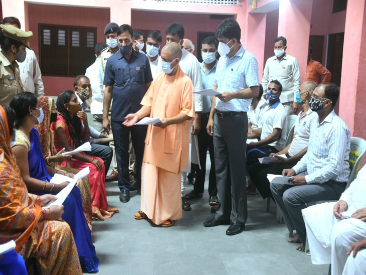 हिंदु सेवाआश्रम में उन्होंने 150 फरियादियों की समस्याएं सुनी, जबकि यात्री निवास में करीब 350 अन्य फरियादियों ने अपना प्रार्थना पत्र वहां मौजूद अधिकारियों को देकर सीएम से न्याय की गुहार लगाई। - Dainik Bhaskar
