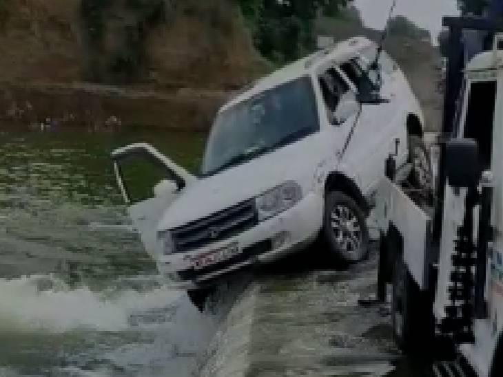 भोपाल के बैरसिया के नाम से रजिस्टर्ड है कार, कार सवार के नदी में बहने की आशंका|आगर मालवा,Agar - Dainik Bhaskar