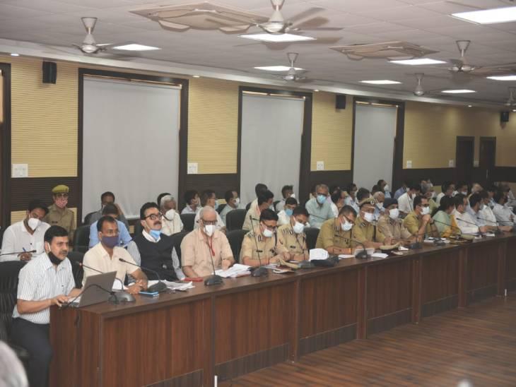 वाराणसी के सर्किट हाउस में CM योगी की समीक्षा बैठक में मौजूद अधिकारी।