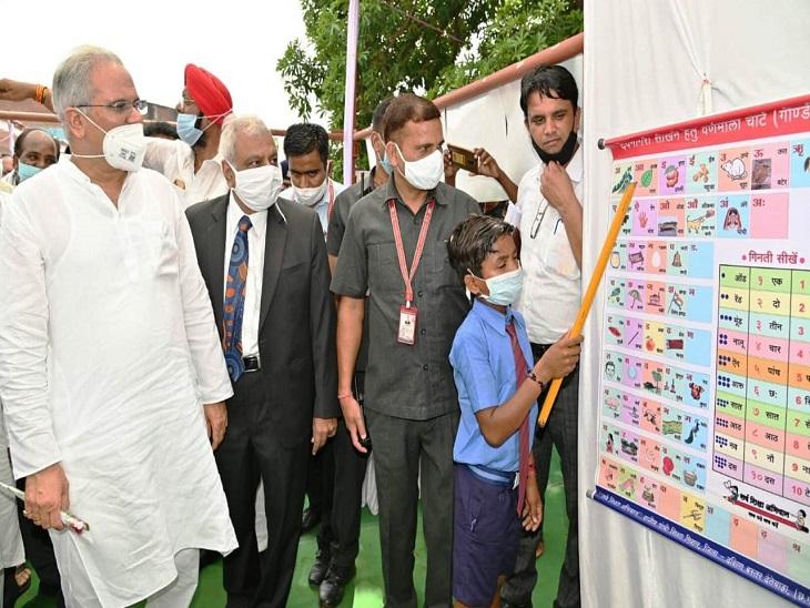 मण्डई में नवीनता का प्रदर्शन एक विद्यार्थी।