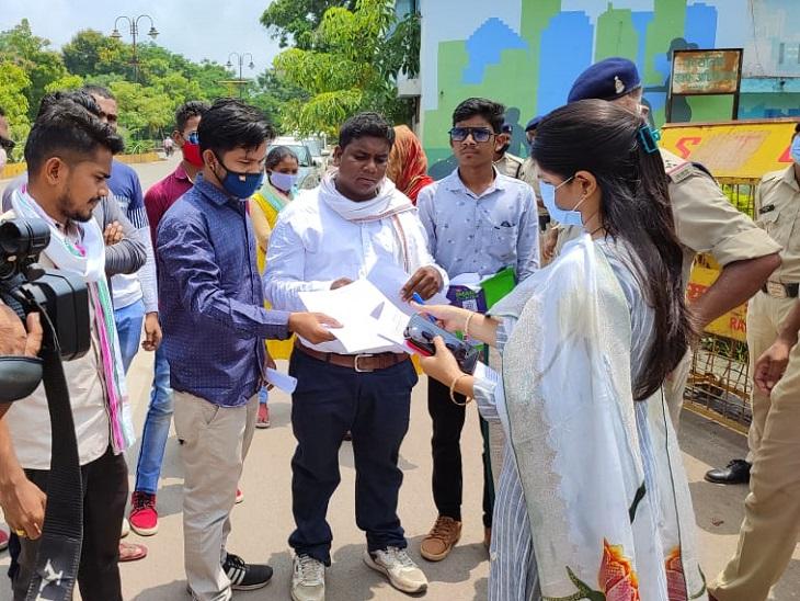मंत्री शिव डहरिया से मिलने पहुंचे आदिवासी छात्र, पूछा - ST का आरक्षण 32 प्रतिशत से कम करने की याचिका पर अपना पक्ष स्पष्ट करें|रायपुर,Raipur - Dainik Bhaskar