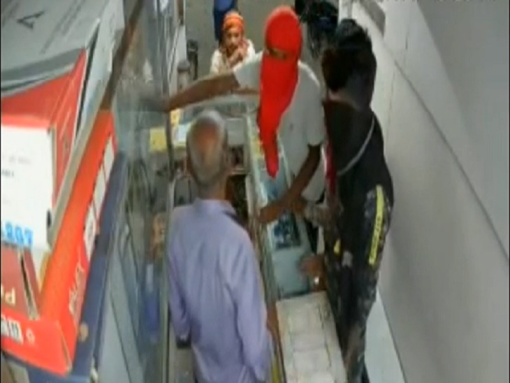 रंगदारी नहीं देने पर सरेआम दुकानदार की पिटाई, दी जान से मारने की धमकी; दोबारा पिटाई के बाद भी पुलिस की नहीं टूटी नींद बेगूसराय,Begusarai - Dainik Bhaskar