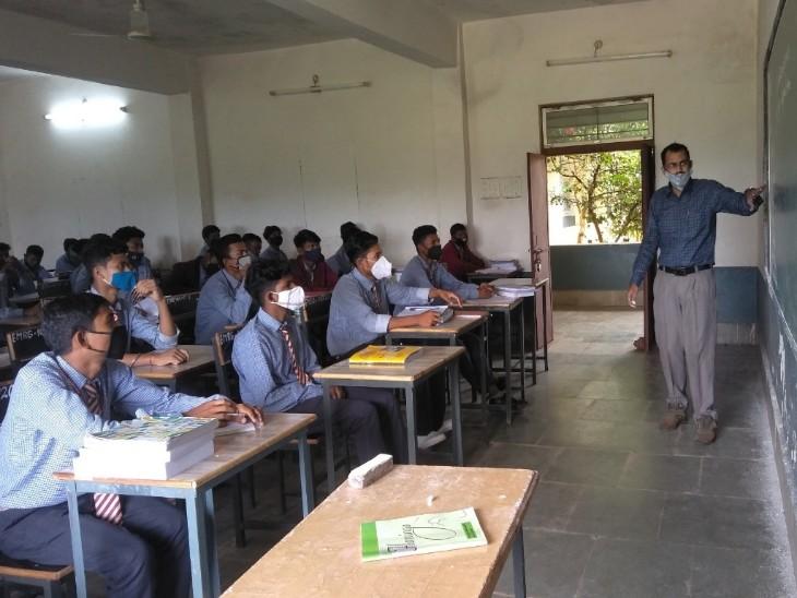 टीचर ने किया हिंदी गानों का फनी इंग्लिश में ट्रांसलेशन, बच्चे क्लास में गुन-गुनाकर सीख गए नई भाषा; अब राष्ट्रपति ने दिया नेशनल अवॉर्ड|रायपुर,Raipur - Dainik Bhaskar