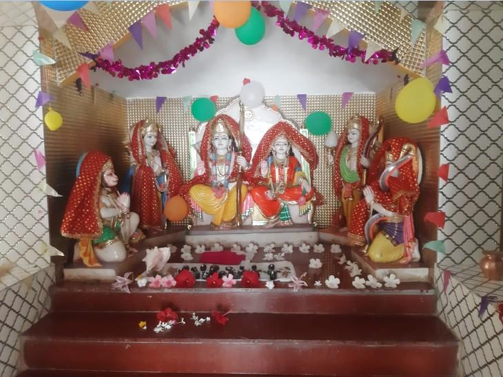मंदिर में स्थापित भगवान की मूर्तियां।