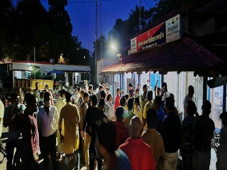सिविल लाइन थाने का घेराव करते ब्राह्मण समाज के लोग।