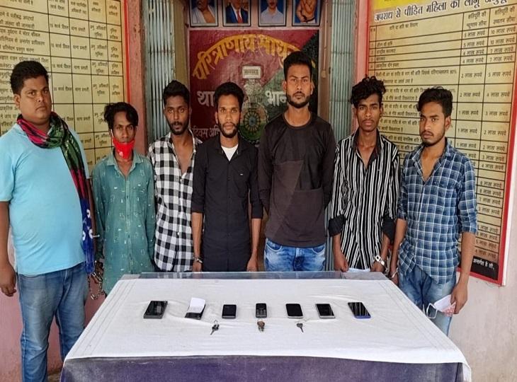 इस गिरोह के 7 सदस्यों के पास से पुलिस ने चोरी की 3 बाइक समेत 7 मोबाइल फोन भी बरामद किए हैं।