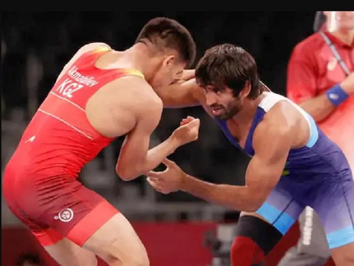 टोक्यो ओलिंपिक में पहलवान से भिड़ते बजरंग पूनिया।