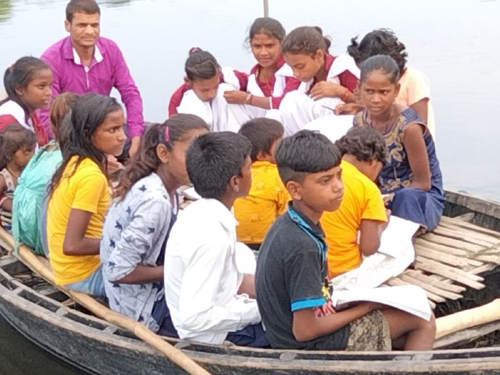 पढ़ाई के लिए नाव में बैठे हुए हैं बच्चे।
