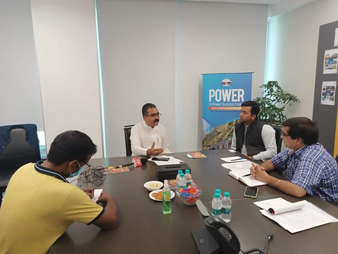 चंडीगढ़ में निवेशकों के साथ बातचीत करते उद्योग मंत्री
