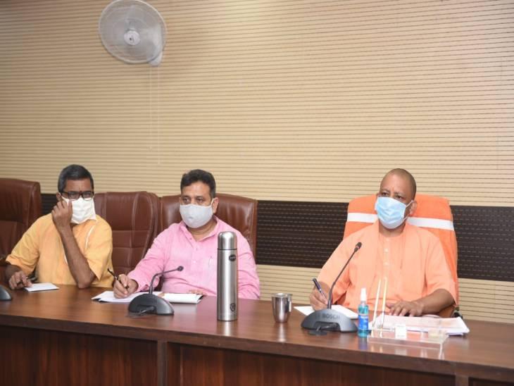 CM योगी ने वाराणसी में कहा- बुखार और अन्य बीमारियों के मरीजों को दवाओं की कमी न हो; सड़कों की हालत सुधारें|वाराणसी,Varanasi - Dainik Bhaskar