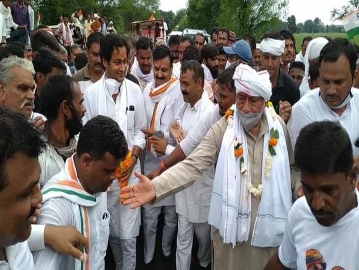 गुना में पदयात्रा के दौरान चांचौड़ा विधायक लक्ष्मण सिंह।