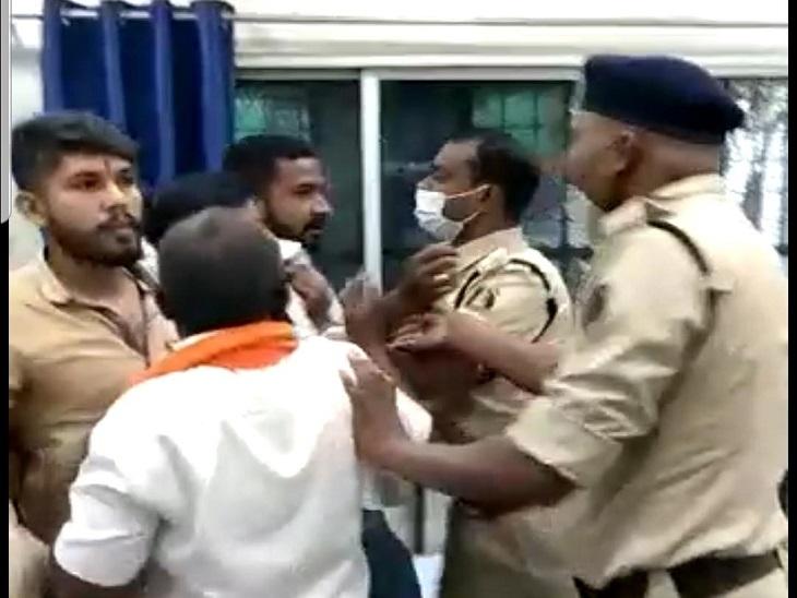 थाने पहुंचे प्रदर्शनकारियों को संभालने में पुलिस की खासी मशक्कत करनी पड़ी।
