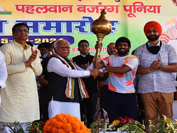 पहलवान के तीनों कोच 4-4 लाख की राशि से होंगे सम्मानित, बोले- हरियाणा के खिलाड़ियों ने गांव की मिट्टी में पसीना बहाकर ओलिंपिक में दिखाया दम|रेवाड़ी,Rewari - Dainik Bhaskar