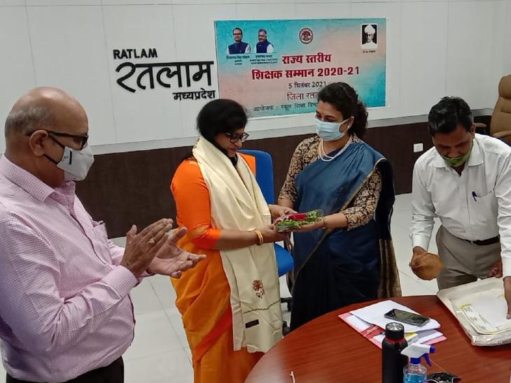 सीमा अग्निहोत्री को मिला पुरस्कार, कोरोना काल में तकनीक का बेहतर इस्तेमाल कर बच्चों को दी थी ऑनलाइन शिक्षा|रतलाम,Ratlam - Dainik Bhaskar