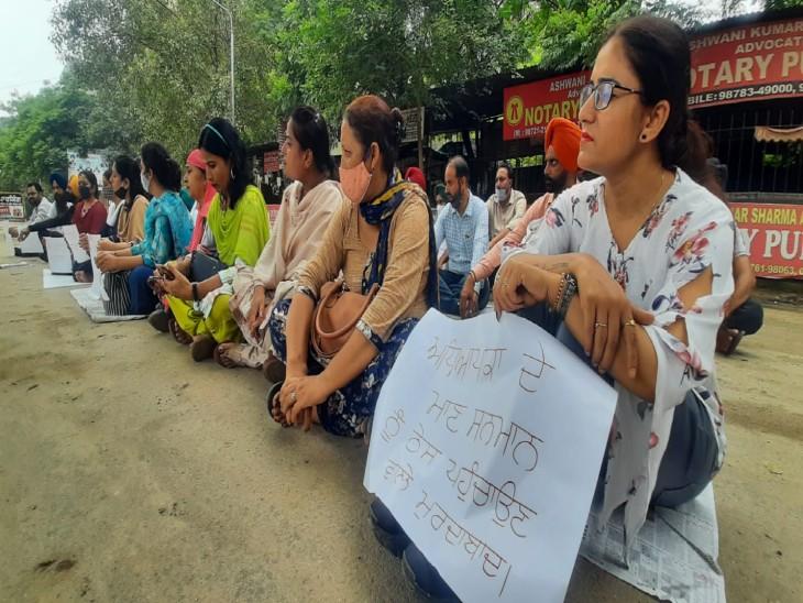 ADEO की डांट के बाद स्कूल अध्यापिका को आया था पैरालिसिस अटैक, मिनी सचिवालय के बाहर नारेबाजी और अंदर चला सम्मान समारोह|लुधियाना,Ludhiana - Dainik Bhaskar