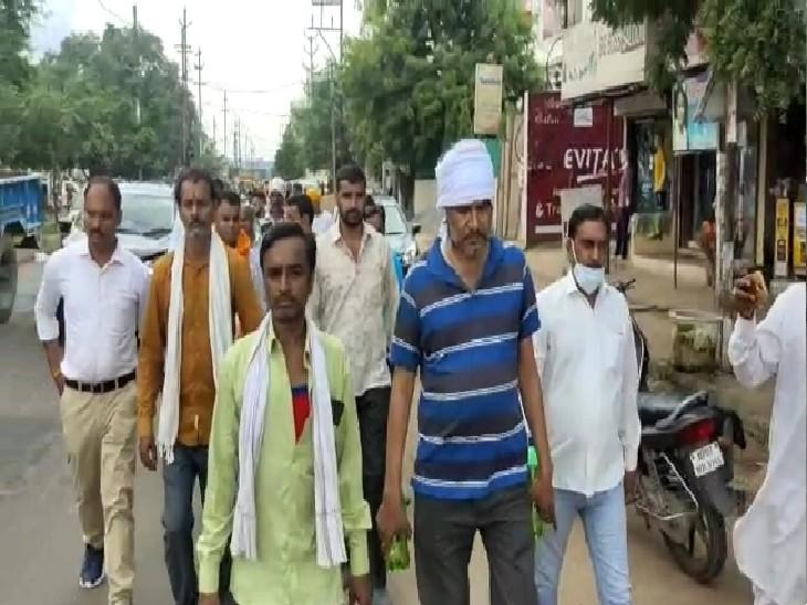 मुरैना में पीड़ित सीताराम शर्मा हाथ में मिट्टी के तेल से भरी बोतल लेकर विधायक के घर की ओर जाते हुए।