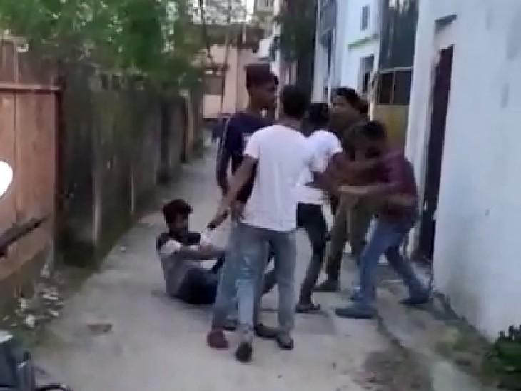 मुजफ्फरपुर के चांदनी चौक इलाके में युवक की ईंट और डंडे से पिटाई, वह माफी मांग रहा, लेकिन किसी ने नहीं सुनी|बिहार,Bihar - Dainik Bhaskar