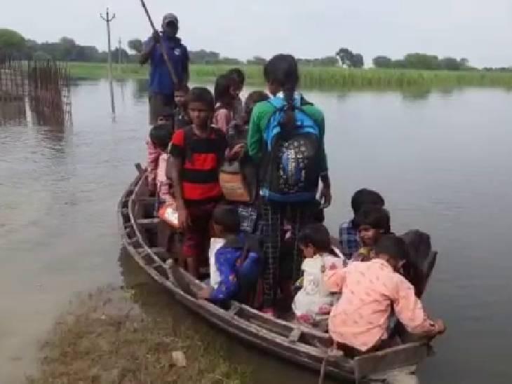 अंबेडकरनगर में नाव से स्कूल जा रहे बच्चे, गांव वालों को नहीं मिल पा रही प्रशासन से मदद|अम्बेडकरनगर,Ambedkarnagar - Dainik Bhaskar